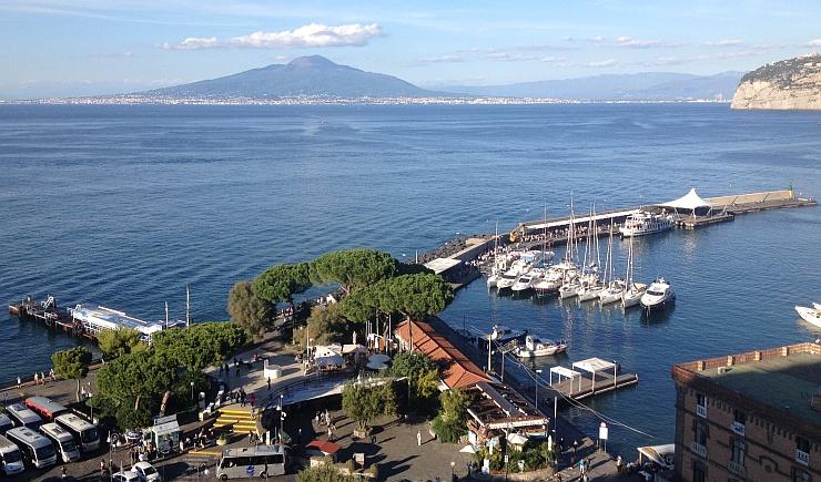 Sorrent Hafen und Blick zum Vesuv